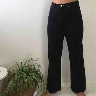 Svarta vida jeans som är avklippta ca 1 cm längst ner. Köpta från weekday för 500 kr, i modellen Ace.