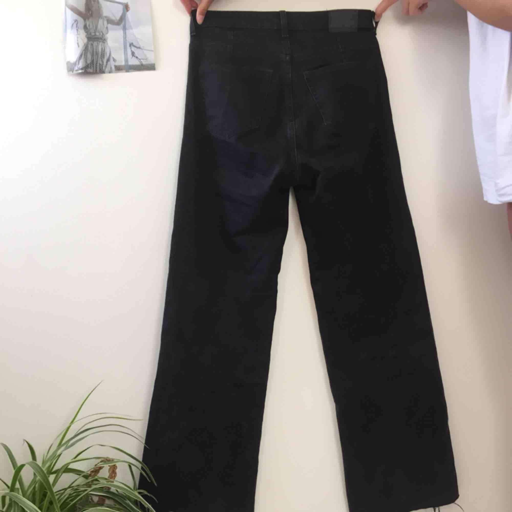 Svarta vida jeans som är avklippta ca 1 cm längst ner. Köpta från weekday för 500 kr, i modellen Ace.. Jeans & Byxor.