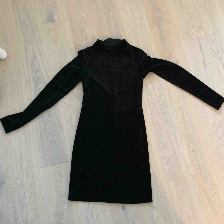 En superduper fin klänning från h&m i skönaste materialet! Långärmad med lite högre hals, jättefint!! Diskret dragkedja i ryggen så man lätt får av och på sig den. Aldrig använd då jag inte fått något tillfälle.. Klänningar.