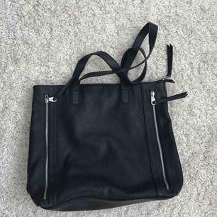 Basic svart väska köpt från accent! Rymlig och bekväm att bära på axeln! Skriv för fler bilder :)) Frakt +50kr
