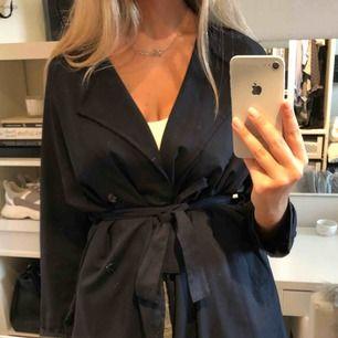Snygg kappa i mörkblå färg som är i storleken M 🖤 #kappa #fashion #cheap #inspo #höst