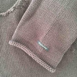 Snygg mörkblå stickad tröja från Boomerang! Passar någon mellan XS-M skulle jag säga. Färgen syns bäst på de två sista bilderna! Kan skicka eller mötas i Uppsala, köpare står för ev frakt :)