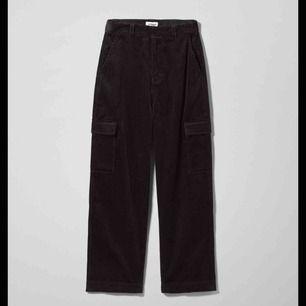 Svarta manchesterbyxor med fickor på sidan av benen. Köpta på weekday för 600 kr