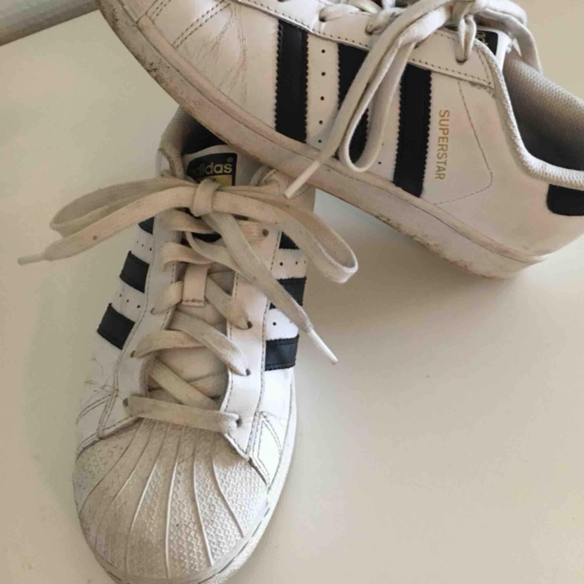 Adidasskor använda endast en säsong! Mycket av den lilla smuts som finns går nog bort med lite kärlek. Kan skicka mot en liten avgift eller mötas upp i Uppsala!. Skor.