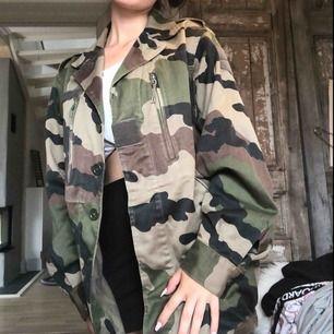 säljer nu min favvo jacka! jackan har mycket detaljer och är köpt på urban outfitters