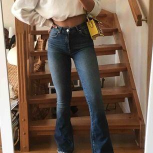Boot cut/flare jeans från Bikbok om jag minns rätt, köpte för ett tag sedan men i väldigt bra skick! Byxorna är högmidjade och har ett lite stretchigare jeanstyg! (Fraktar endast!) 🥰🥰🥰