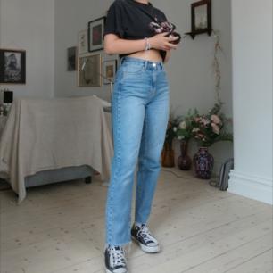 Jeans från Gina Tricot. Smala i midjan, passar jättebra utan och med bälte🥰 är 160 (frakt 54kr)