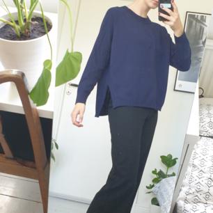 Fin mörkblå tröja med slits på sidorna 😊 Fint skick! Frakten är inräknat i priset :)