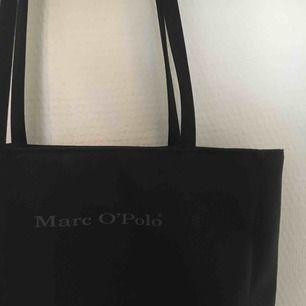 Supersnygg svart väska från Marc O'Polo! En tygväsk-modell i mer ordentligt material och med dragkedja för att stänga väskan så att inget trillar ut. Snygga smala axelband! Köpare står för frakt, kan även mötas upp i Uppsala.