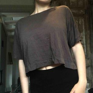 grå/brun t-shirt från venus med dragkedja längs ryggen i guld. frakt tillkommer!🌸