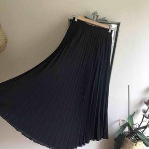 Härlig plisserad svart maxikjol från H&m med resår. Sparsamt använd. Jag bjuder på frakt eller möter upp i centrala Gbg!