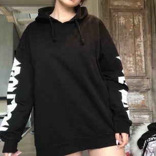 svart hoodie med vitt tyck på ärmarna. från lager 157. frakt tillkommer!🌸
