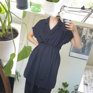 Fin svart klänning 🖤 Fint skick! Frakten är inkluderad i priset :)