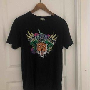 T-shirt med tryck på en tiger, använd flitigt men är i bra skick!  Från: Nelly  Köparen står för frakten