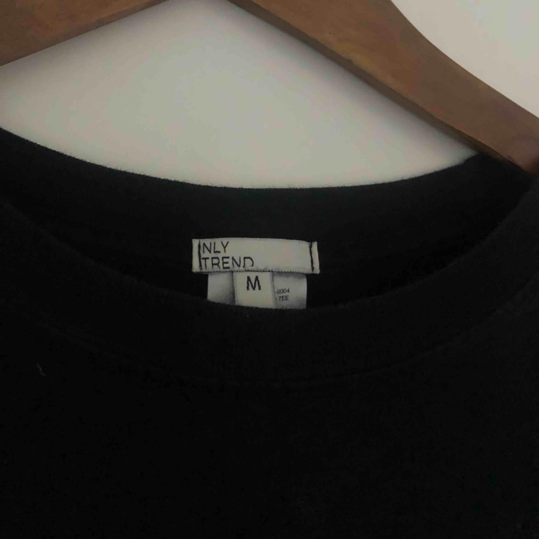 T-shirt med tryck på en tiger, använd flitigt men är i bra skick!  Från: Nelly  Köparen står för frakten . T-shirts.