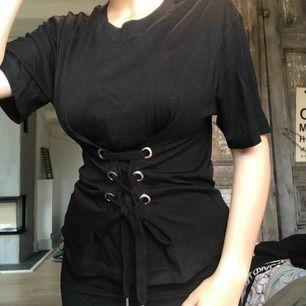 svart t-shirt med snörning från monki. använd en gång. frakt tillkommer!🌸