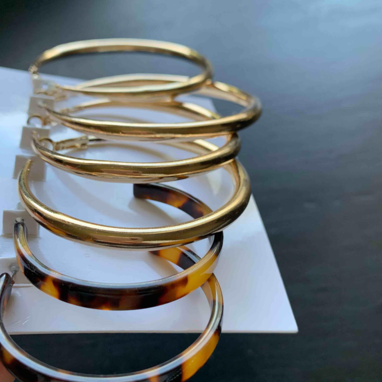 Helt oanvända, lite större trendiga hoops, 3 par i guld och 1 par i brun camo😊 30 kr st eller 100kr för alla! Frakt 10 kr st tillkommer KRAM🥰. Övrigt.