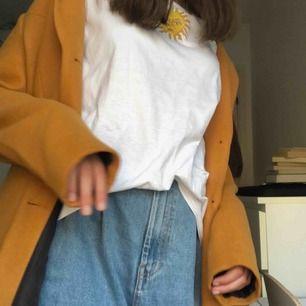 (Säljer åt min stylish mamma🥰🥰🥰) Lång orangegul kappa ifrån Vero Moda, helt oanvänd!! Originalpris 600:-, säljes för 400:- inkl frakt!💛💛 Säljs pga dubbletter!