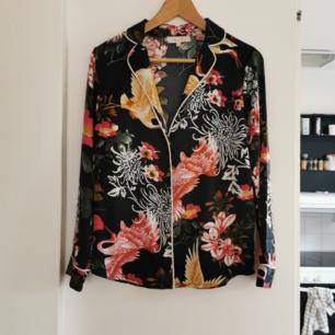 Blus köpt på Zara, strl xs, frakt ingår i priset 🌺