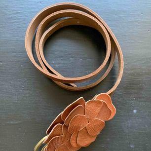 Superfint och charmigt vintage bälte! Har som blommor i mitten och ganska många hål på bandet att välja emellan! Skriv för frågat eller funderingar KRAM❤️ frakt tillkommer