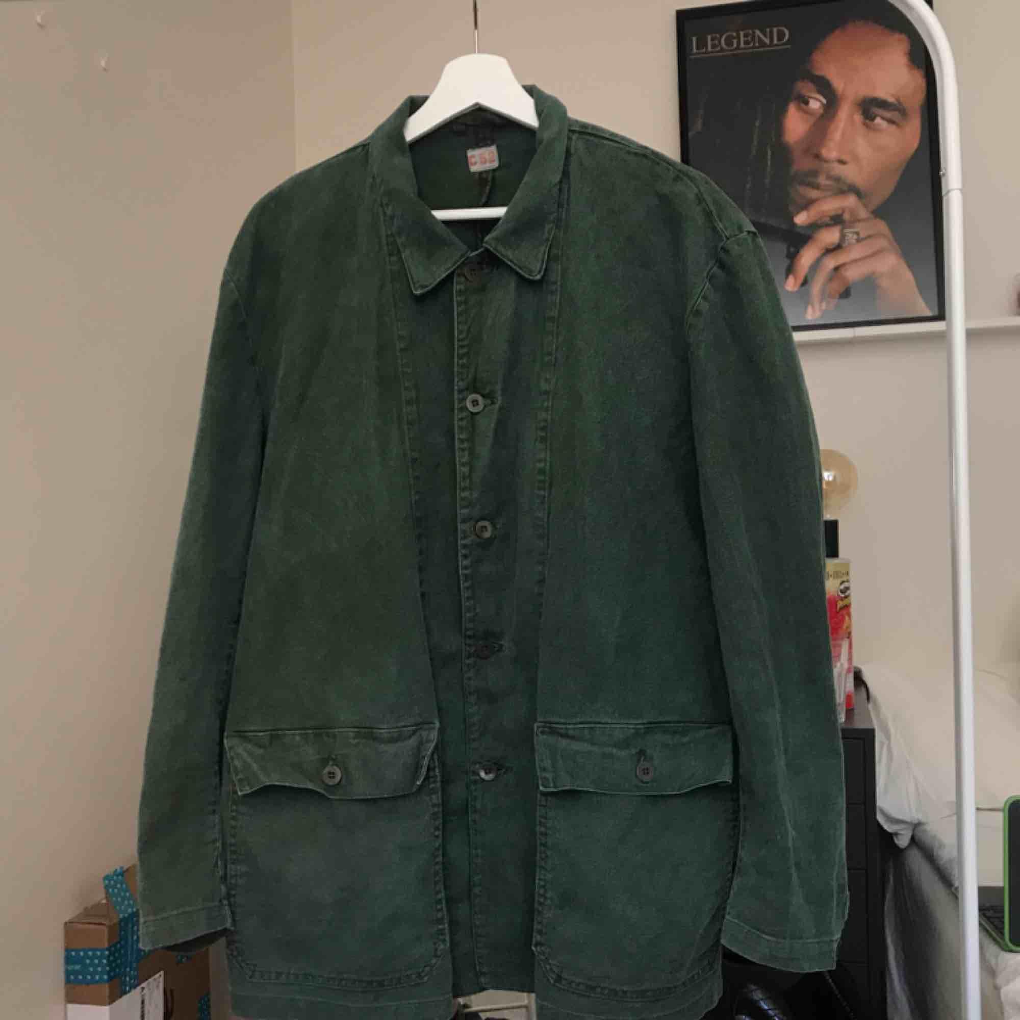 Svensk militärskjorta i jeanstyg från 70-talet. Använd men i bra skick för att vara 40+ år gammal. Säljer då den var för stor för mig. (Sista bilden är lånad från förra ägaren). Skjortor.