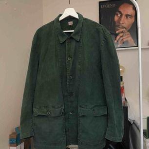 Svensk militärskjorta i jeanstyg från 70-talet. Använd men i bra skick för att vara 40+ år gammal. (Sista bilden är lånad från förra ägaren)