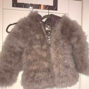 Jättemysig pälsjacka från Dennis maglic- Storlek S, Köpt för 1000kr och endast använd 1 enstaka gång, köparen står för frakten men kan också mötas upp i Göteborg💕