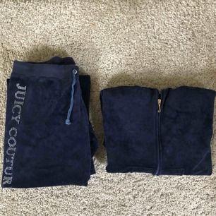 Äkta Juicy Couture overall, köpt i USA för flera år sen men har aldrig använts. Står på lappen att det är storlek XL men passar mig som vanligtvis har storlek XS-S perfekt förutom att byxorna är lite långa. Köptes för ca 2000kr. Köpare står för frakt.