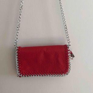 Röd väska från Tiamo. Köpt för 450kr. Använd 2 gånger.🥰 (Köparen står för fraktkostnad)