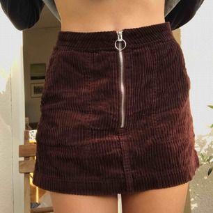 Kjol från weekday, brun Manchester med silvrig dragkedja fram! Två fickor fram också. Med frakt 125 kronor❤️