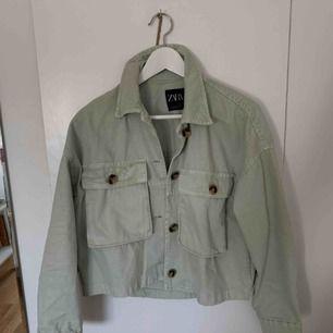 Jättefin mintgrön jacka som passar nu till hösten. Passar till många outfits och lätt att styla:) Använd 1 gång, därmed jätte fint skick då den bara är en månad gammal. Frakt ingår! Men passa på att köp då den är poppis nu och dyrare i butik!!! <3