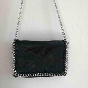 Svart väska från märket Tiamo. Använd en gång så i nyskick.🥰 Köptes för 500kr. (Köparen står för fraktkostnaden)