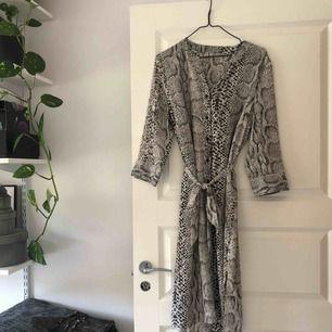 Ormmönstrad klänning eller tunika med knyte i midjan