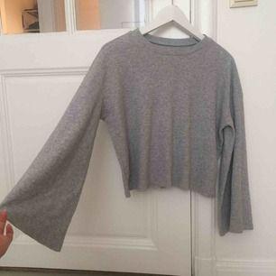 Finaste och mysigaste långärmade tröjan med utsvängda vida ärmar. Tyget ser norpigt ut men ska vara så är lite fleeceaktigt. Jag har även haft den ut och in vilket jag tycker är snyggt och lite orginellt!