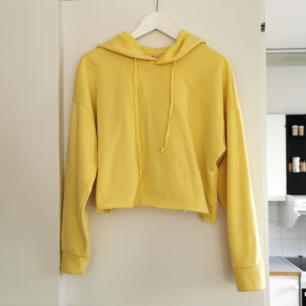 Kort gul hoodie från lager 157, strl xs /s, frakt ingår 💛