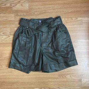 Super snygga shorts med tillhörande bälte! Sitter jätte fint på, perfekt till bikinitoppen eller tanktoppen! Köpt second hand i Santa Monica, aldrig använda!