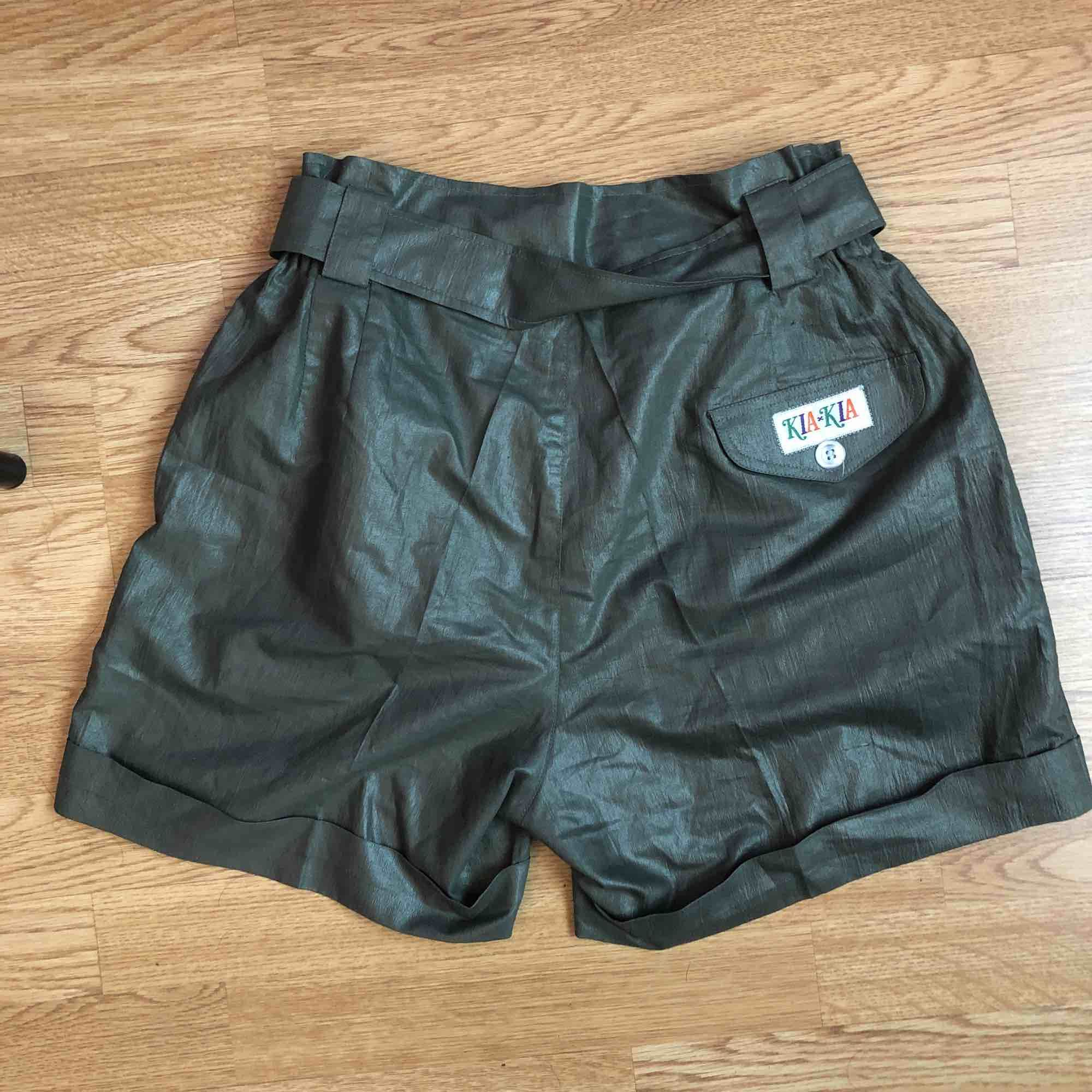 Super snygga shorts med tillhörande bälte! Sitter jätte fint på, perfekt till bikinitoppen eller tanktoppen! Köpt second hand i Santa Monica, aldrig använda!. Shorts.