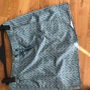 Säljes en kjol med byxor i. Endast använd vid något enstaka tillfälle. Kjolen är i väldigt fint skick.  Kan skickas med då står köparen för frakten.