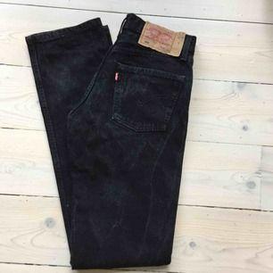 Svarta levis 501or, märkt stl 28/34, dock väldigt små, tror de passar en 25a. Finns tvättränder, annars i fint skick.  Se gärna övriga annonser, säljer fler levis jeans.