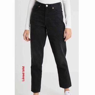 """Oanvända jeans från monki.  Vet inte riktigt vilken storlek i """"svenskt mått"""" (???) Men min kompis med storlek L i byxor testade dessa och dom passade henne!!  Vi delar på frakten!!🌼"""