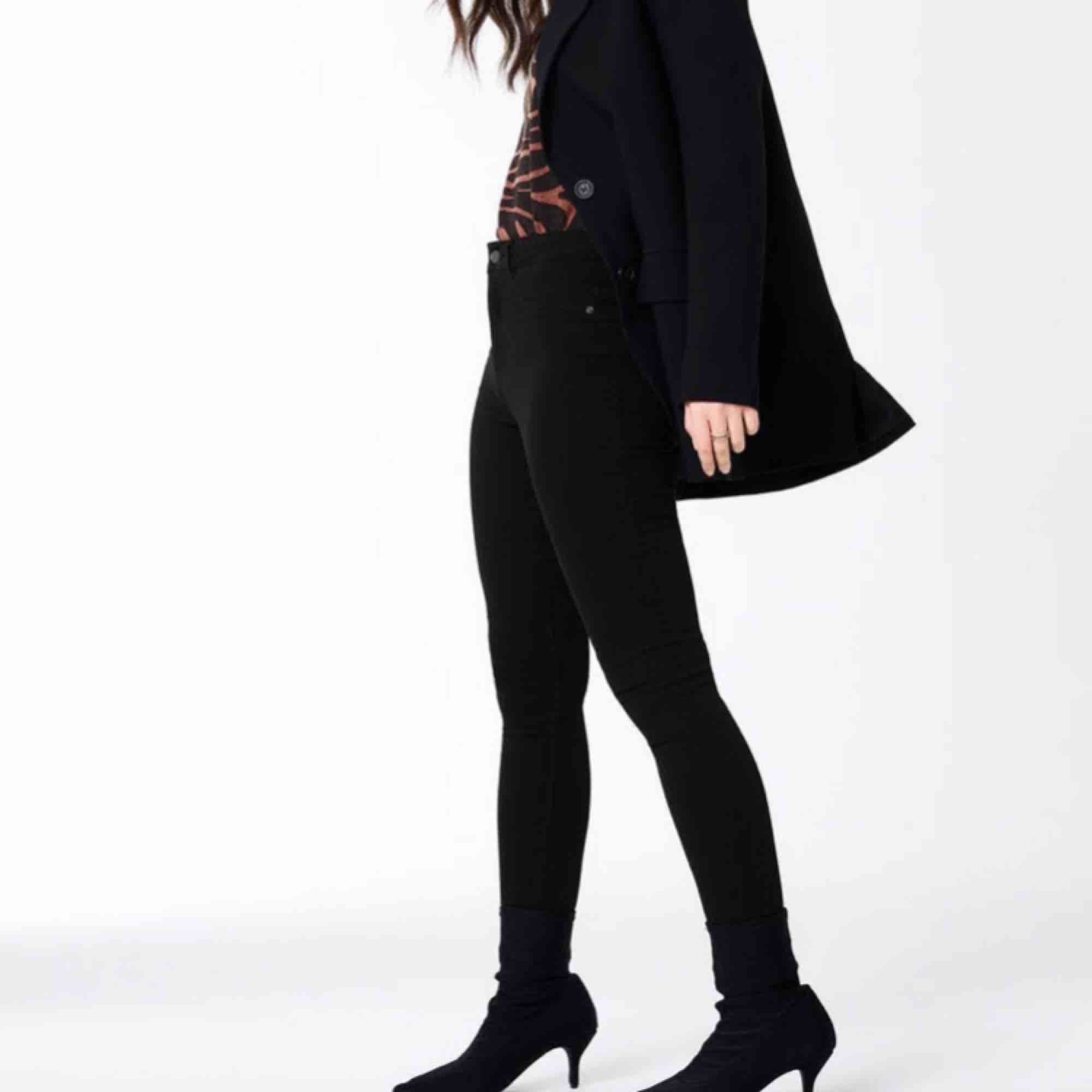Molly Jeans, storlek S 💝  Fint skick, men stretchen på ena innerlåret har sträckts ut fast det är inget som syns 💓 50kr! Köparen står för frakten 💕. Jeans & Byxor.