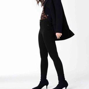 Molly Jeans, storlek S 💝  Fint skick, men stretchen på ena innerlåret har sträckts ut fast det är inget som syns 💓 50kr! Köparen står för frakten 💕