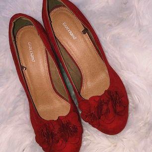 Röda velvet klackar i storlek 39, köpta från graceland