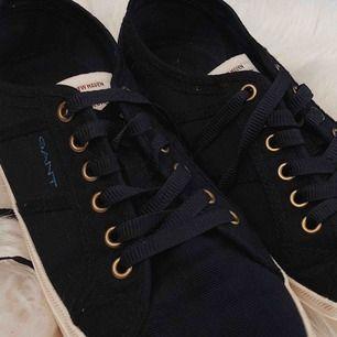 Låga Mörkblåa Gant skor (ÄKTA), använda bara några gånger. (Swish finns) Tvättas innan dom skickas. Möts även upp i Helsingborg/Landskrona