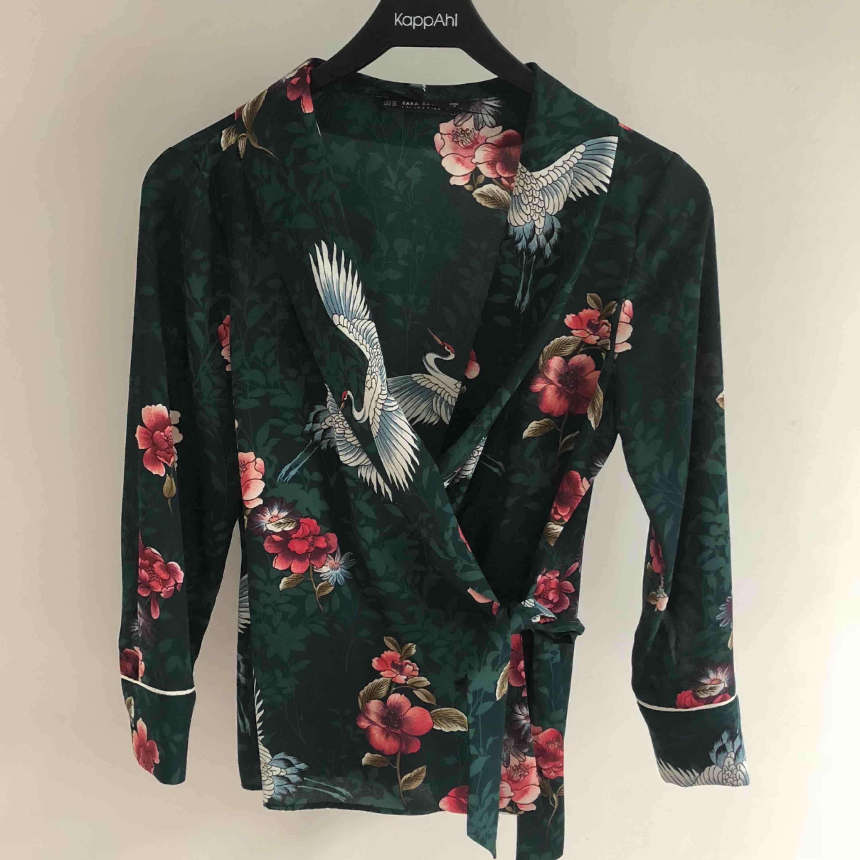 Fin blus från Zara i storlek XS, passar mig med S också men lite tight om man är bredaxlad  Frakt på 42kr tillkommer. Blusar.