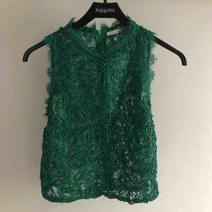 Fin topp från Zara i storlek M, använd en gång  Frakt på 42kr tillkommer