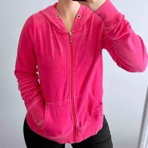 Rosa velvet hoodie från Cubus storlek S i bra skick förutom att snörena är borta.  Frakt kostar 63kr extra, postar med videobevis/bildbevis. Jag garanterar en snabb pålitlig affär!✨ ✖️Fraktar endast✖️