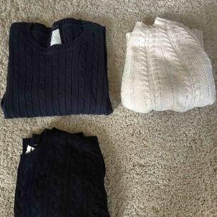 3 kabelstickade tröjor, två mörkblåa och en vit, varav den vita har lite konstig form men sitter jättesnyggt på! (Skicka meddelande om du vill ha bild på passformen)