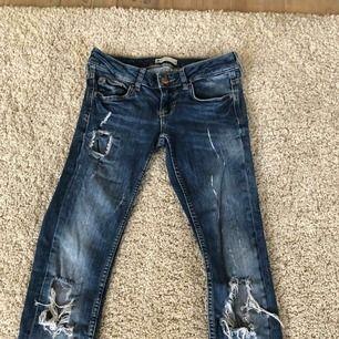 Lågmidjade slitna jeans från GinaTricot, väl använda men på blåa jeans brukar det inte synas, säljer pga jag bara använder högmidjade byxor. Köpare står för frakt.