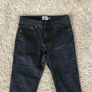 Svarta jeans från Lager 157 som jag inte använder längre, har två likadana par. De har blivit urtvättade men det ser bara ut som lightwash enligt mig. Det står ingen storlek men passar mig som har storlek S Köpare står för frakt.